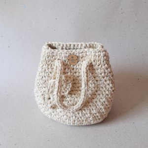 Bolsa saco feminina crochê Milla tira de algodão natural/dourado forrada