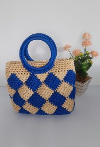 Bolsa Adele, modelo de mão, em crochê, nas cores azul royal e bege, feita com fio náutico de polipropileno