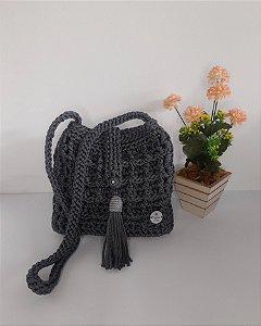 Bolsa Dayse, modelo tiracolo, na cor cinza chumbo, feita em crochê no fio náutico de polipropileno e detalhes na cor pra