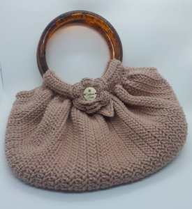 Bolsa Florbella, modelo fat bag, na cor castor, toda em crochê, com alças de mão em resina, forro em tricoline