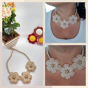 Colar Catarina, na cor nude, em crochê, com flores, feito com linha de algodão