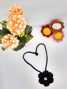 Cordão Zoe, na cor preta, com uma flor e detalhe cristal, todo feito em crochê com linha de algodão