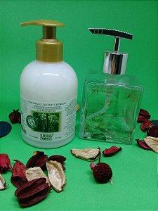 Sabonete Líquido Cremoso 315 ml (Bamboo Blend ou Lavanda Francesa) + Saboneteira Le Cube Paris - Vidro 250 ml.