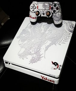 Skin Adesiva para PlayStation 4 - Yakuza + 2 Adesivos Light Bar