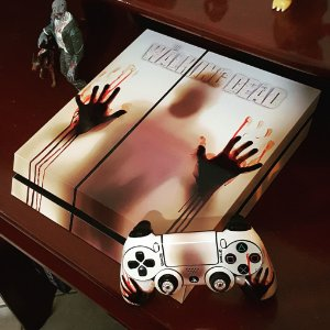 Skin Adesiva para PlayStation 4 - Walking Dead + 2 Adesivos Light Bar