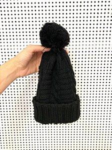 Gorro tricô preto com pompom