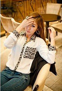 Camisa Bolso e Gola Estampado Leopardo