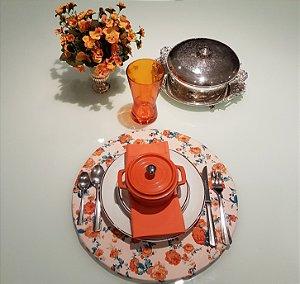 Capa de tecido para sousplat fundo creme com flores laranja