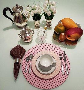 Capa de tecido para sousplat rosa com poa marrom