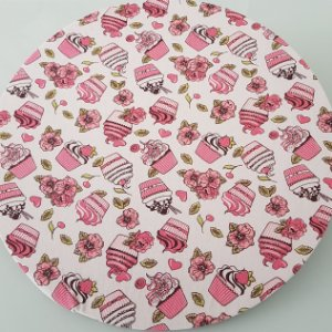 capa de tecido de sousplat cupkace rosa com fundo branco