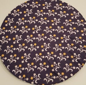 Capa Sousplat flores branca miolo amarelo flores amarelas miolo branco fundo azul marinho