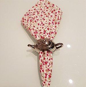 Guardanapo com fundo creme com flores vermelhas e roxas pequenas