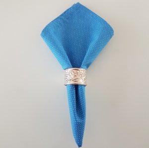 Guardanapo com fundo azul e microbolinhas brancas