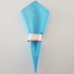 Guardanapo fundo azul claro com bolinhas rosa