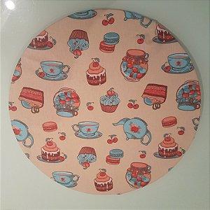 Capa de tecido sousplat fundo bege com xícaras azul e cupcakes