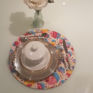 Capa de tecido rustico sousplat fundo creme com bolinhas e cupcakes rosa amarelo e roxo
