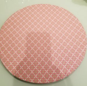 Capa de tecido para sousplat flores bege e branco fundo rosa