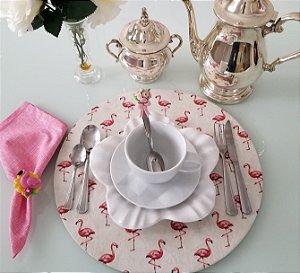 Capa de tecido para sousplat fundo branco com flamingos