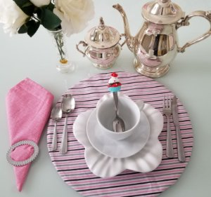 Capa de tecido para sousplat listrado rosa roxo e cinza