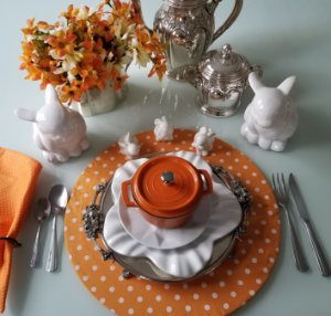 Capa de tecido para sousplat fundo laranja com bolinhas brancas