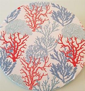 Capa de tecido para sousplat algas laranja e tons de azul fundo branco