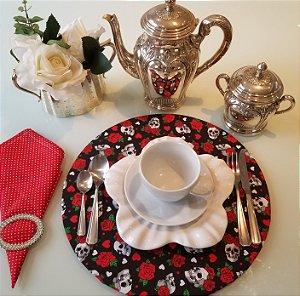 Capa de tecido para sousplat fundo preto caveiras com rosas