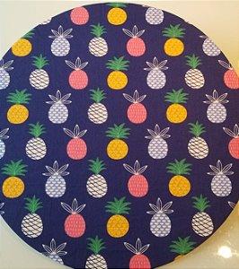 Capa de tecido para sousplat fundo azul com abacaxi colorido