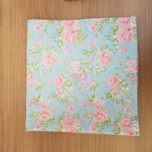 Guardanapo de tecido algodão 42cm rosas fundo azul claro