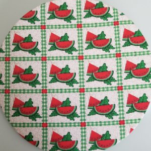 Capa de tecido quadrados com pedaços de melancia cortado