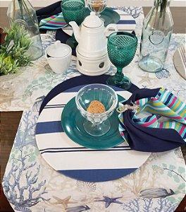 Capa de tecido listras finas e grossas azul com fundo branco