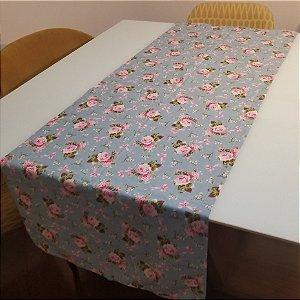 Caminho de mesa fundo azul com rosas e ramos