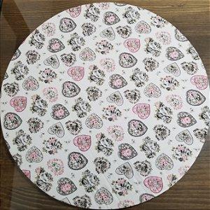 Capa de tecido fundo branco com coraçoes preto branco e rosa