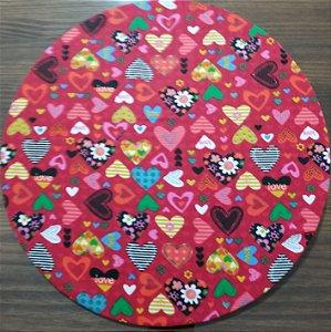 Capa de tecido fundo vermelho com coraçoes colorido