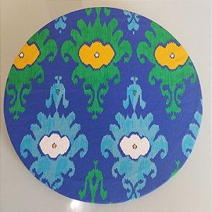 Capa de tecido mosaico verde com amarelo e azul com azul claro no fundo azul escuro
