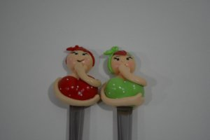 kit 2 colher de chá bonecas vermelha e verde