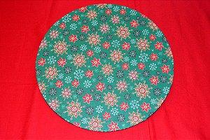 capa de sousplat natal fundo verde com neve e flor verde e vermelha