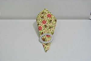 Guardanapo de natal fundo creme com pássaro marrom  folhas verdes e flor vermelha