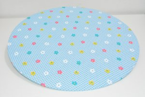 capa de sousplat fundo xadrez zul bebe com florzinhas coloridas