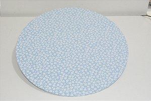 capa sousplat fundo azul com florzinhas brancas