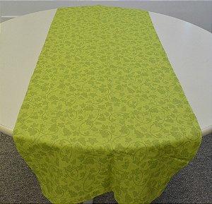 caminho de mesa verde com desenhos de flores com uvas