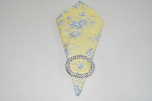 guardanapo fundo amarelo claro com flor azul