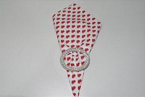 guardanapo fundo branco com corações vermelhos