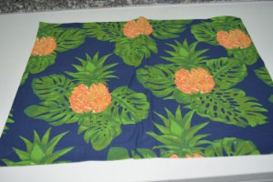 lugar americano fundo azul marinho com abacaxi e folhas