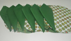 Kit 6 pessoas guardanapo, base e capa verde mosaico e fundo branco natal
