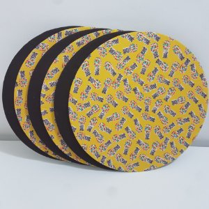Kit 6 Capas Sousplat  fundo amarelo com abacaxis e capa fundo marrom liso