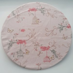 Capa para sousplat fundo rosa com póas brancas, gaiolas e flores