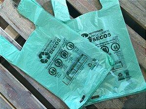 2.000 unidades - Sacolas Plásticas de Fonte Renovável - 48x55 - Verde - Verso referente ao descarte de Materiais Recicláveis Secos