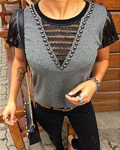 T-shirt bordada com tule