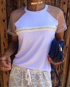 T-shirt bordada com pérolas e mangas de tule
