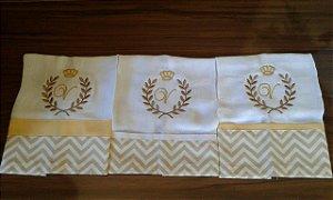 Fralda de Boca com Barrado - 3 Peças bordada com brasão, coroa e inicial